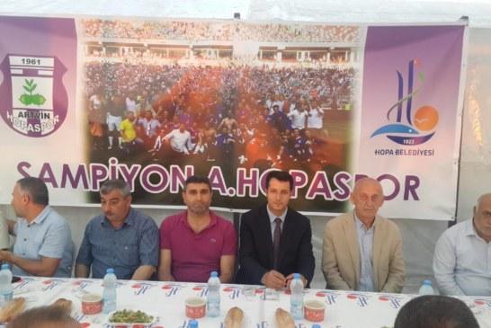 Kaymakam Abdurrezzak Canpolat , Belediye Parkında vatandaşlara iftar yemeği verdi.